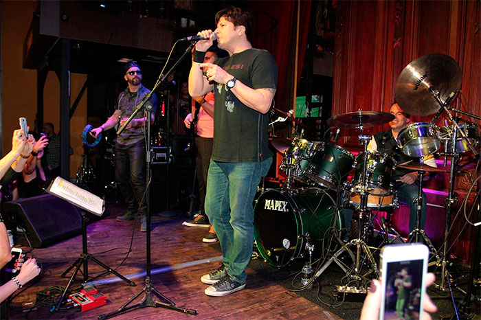 Dudu Braga se apresenta com banda e recebe Paulo Ricardo