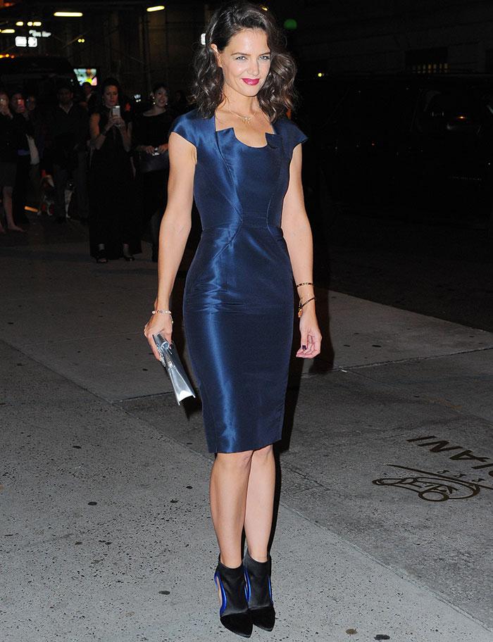 Katie Holmes arrasa com look justinho em evento de gala