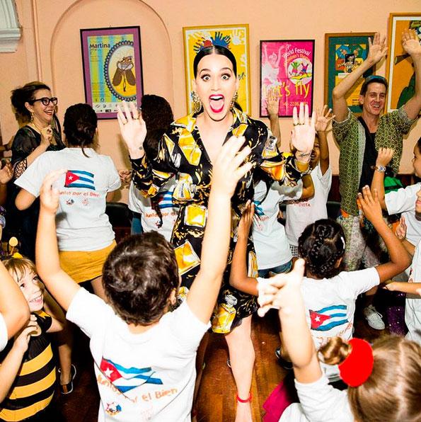 Em visita a Cuba, Katy Perry se veste à la Carmem Miranda
