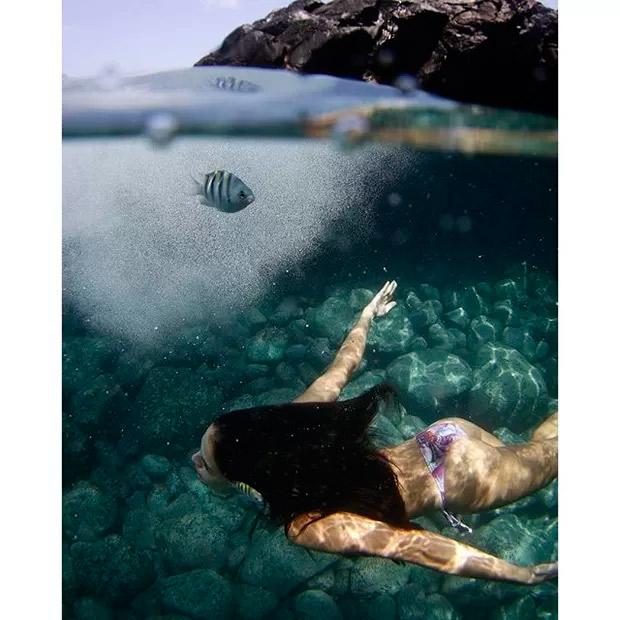 Paloma Bernardi mostra suas curvas em mergulho