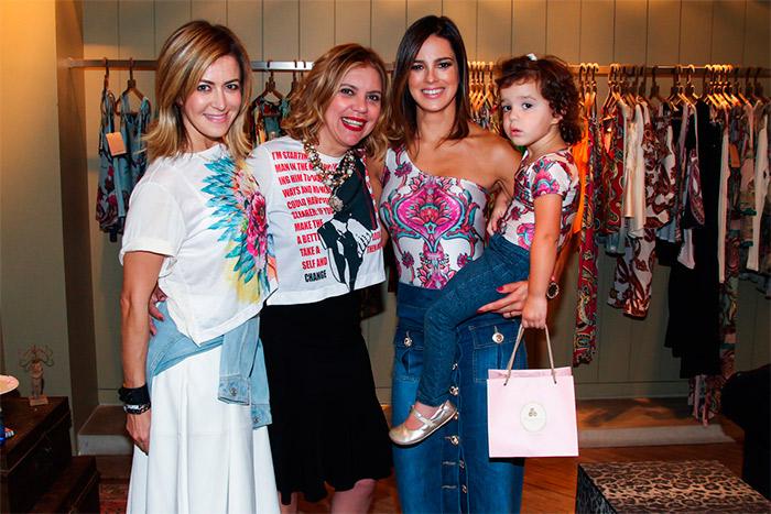 Mães famosas se vestem iguais aos filhos em loja paulista
