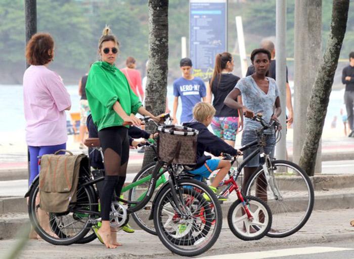 Fernanda Lima leva filhos para passeio de bicicleta no Rio