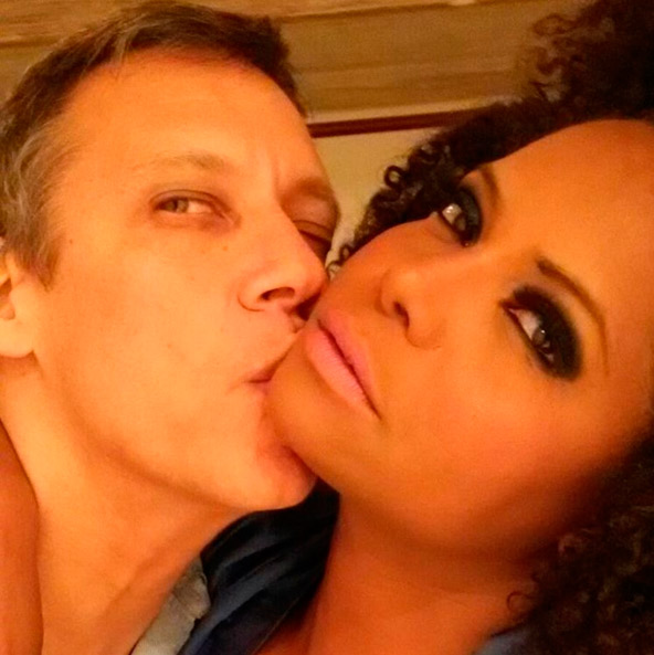 Adriana Bombom posa em clima de romance: 'Meu amor'