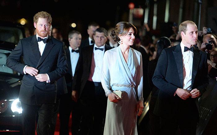 Kate Middleton e família real vão à pré-estreia de 007