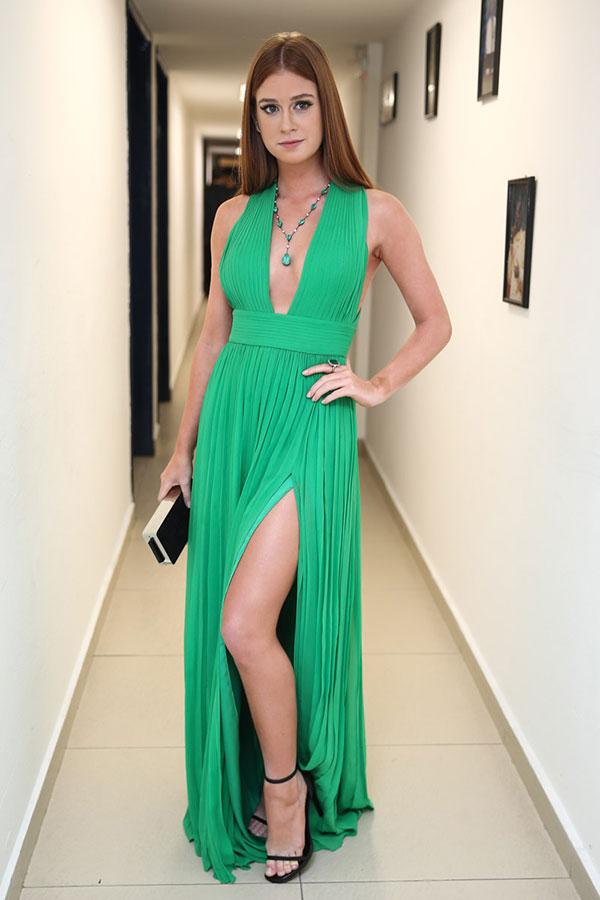 Marina Ruy Barbosa ostenta sua beleza durante premiação