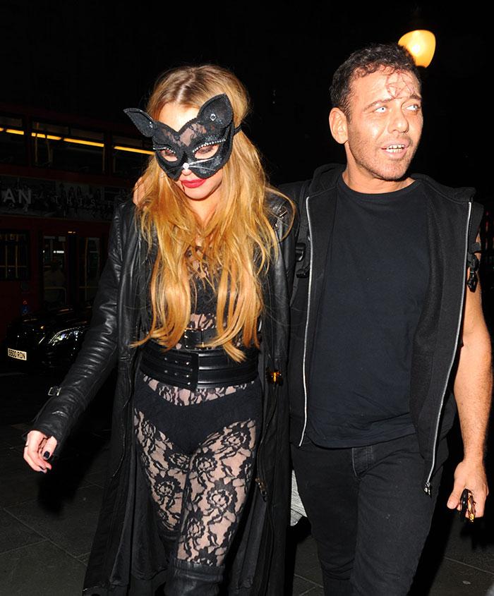 De macacão transparente, Lindsay Lohan vai em festa à fantasia
