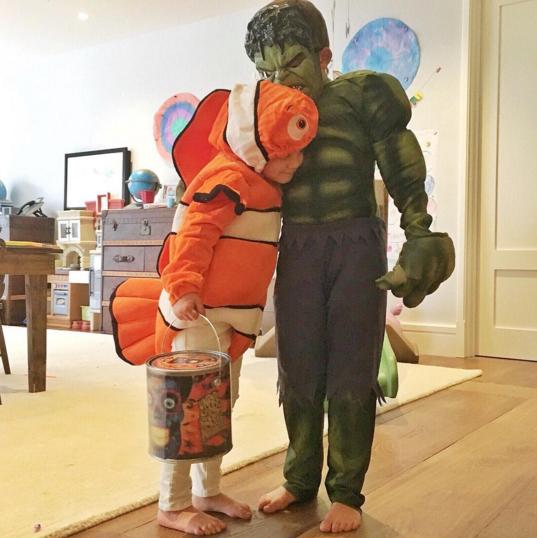 Gisele Bündchen mostra filhos fantasiados para o Halloween