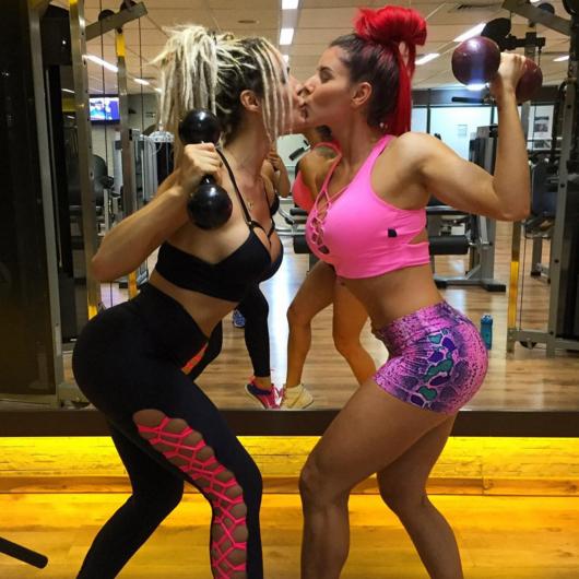 Fernanda Lacerda e Thaís Bianca dão selinho em academia