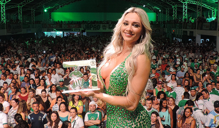 Vivi Araújo e Juju Salimeni caem no samba da Mancha Verde