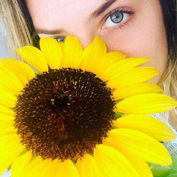Giovanna Ewbank se derrete depois de receber flor predileta