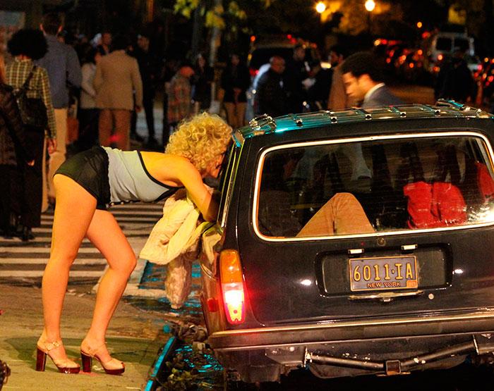 Maggie Gyllenhaal aparece irreconhecível como prostituta