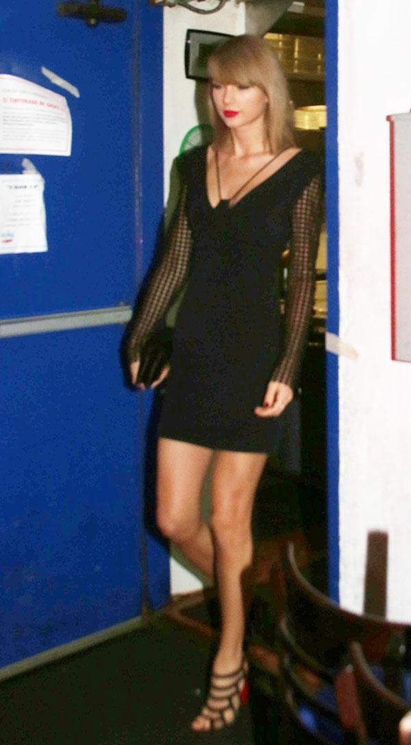 Taylor Swift deixa pernas de fora ao jantar em Los Angeles