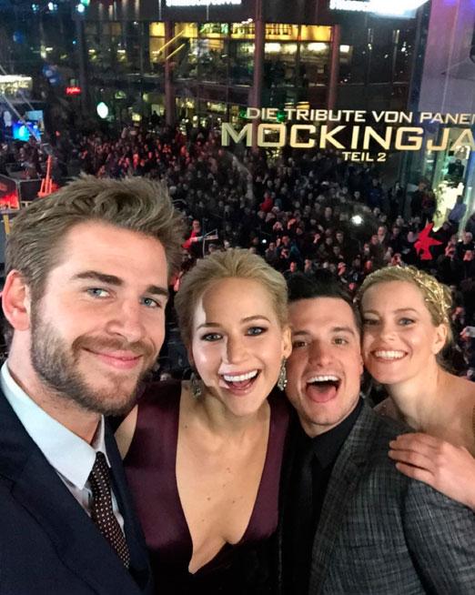 Jennifer Lawrence exibe decotão em première de filme