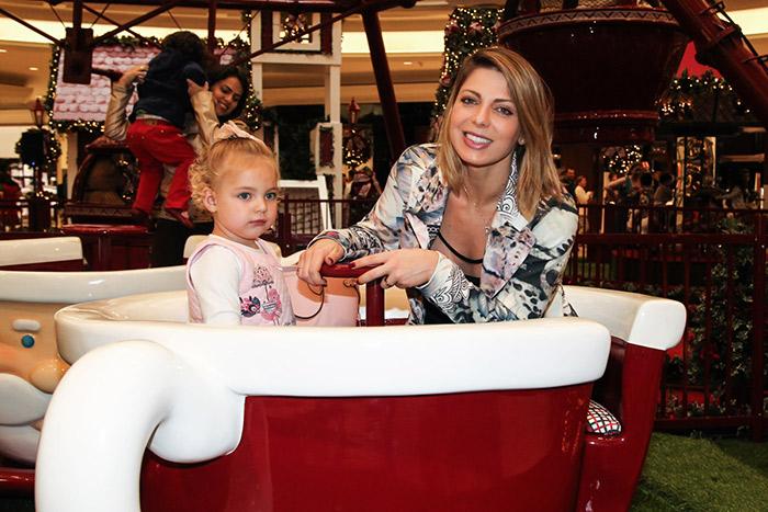 Sheila Mello brinca com a filha em clima de Natal