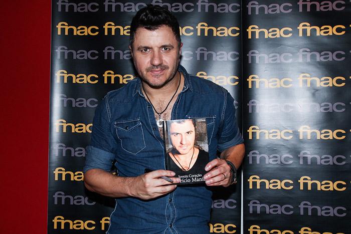 Maurício Manieri lança livro e comanda pocket show