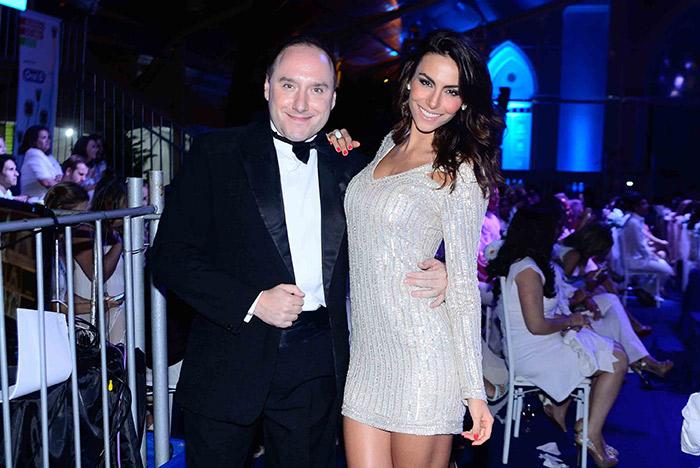 Mel Fronckowiak arrasa com vestido justo em noite de gala