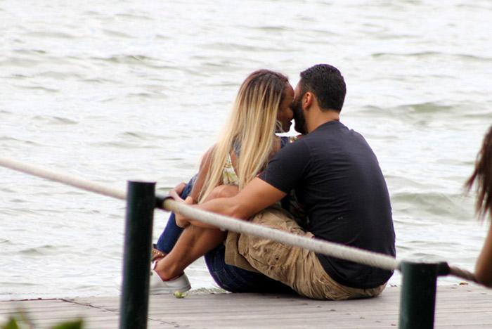 Roberta Rodrigues troca carinhos com namorado em passeio