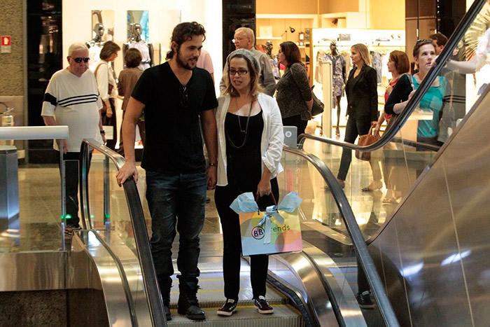Paloma Duarte é só sorrisos durante passeio com o marido