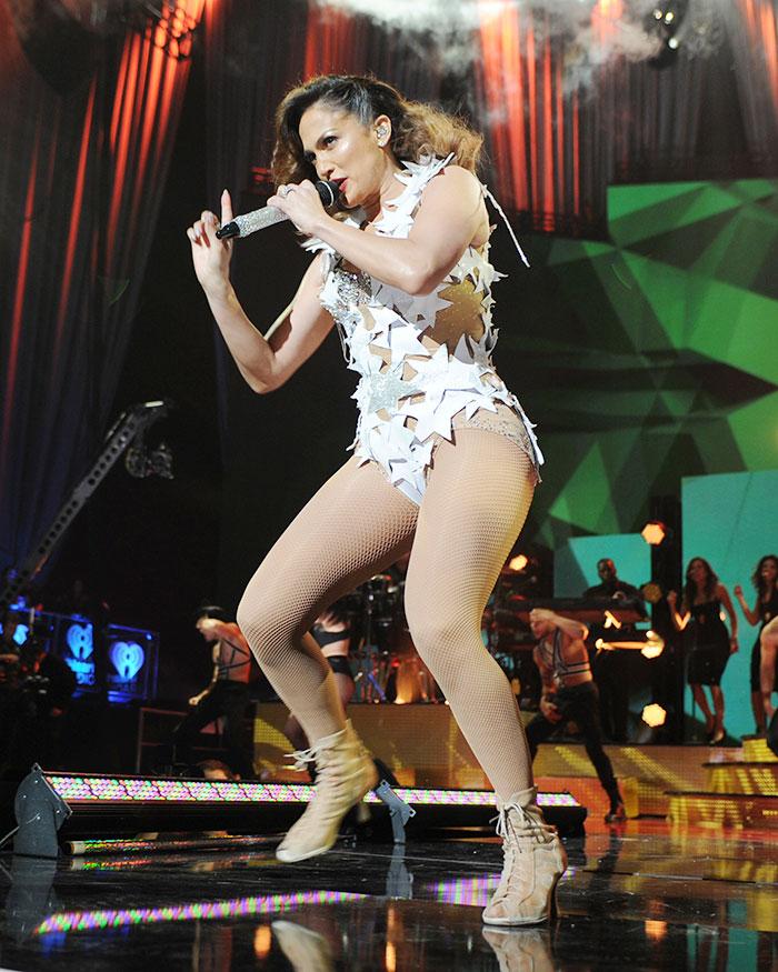 Jennifer Lopez ostenta boa forma e sensualidade em show