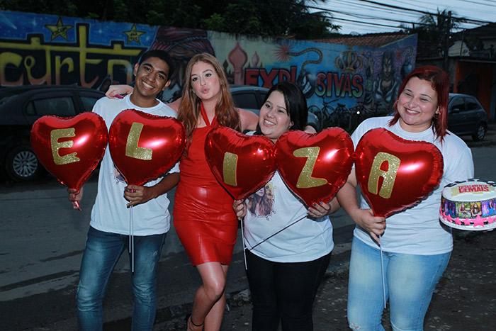 Marina Ruy Barbosa recebe homenagem dos fãs antes de festa