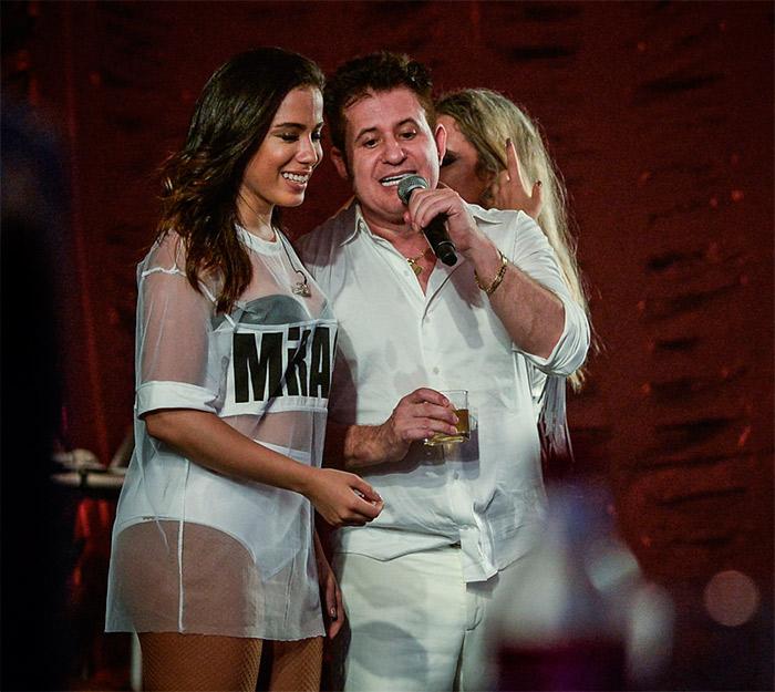 Anitta usa transparências na big festa de Marrone