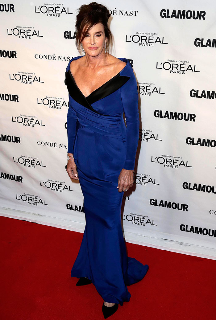 Caitlyn Jenner usa look decotado em premiação em Nova York