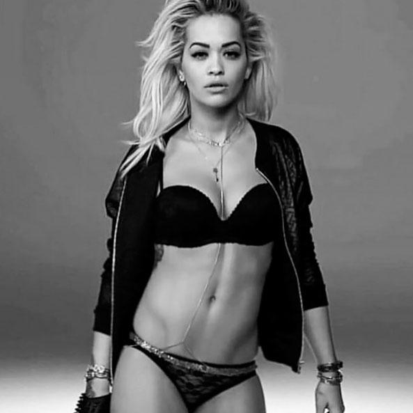 Rira Ora mostra foto sensual de ensaio de lingerie