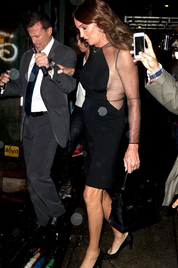 Caitlyn Jenner quase mostra demais ao deixar desfile