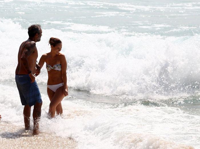 Rogério Gomes, o Papinha, curte praia com Paolla Oliveira