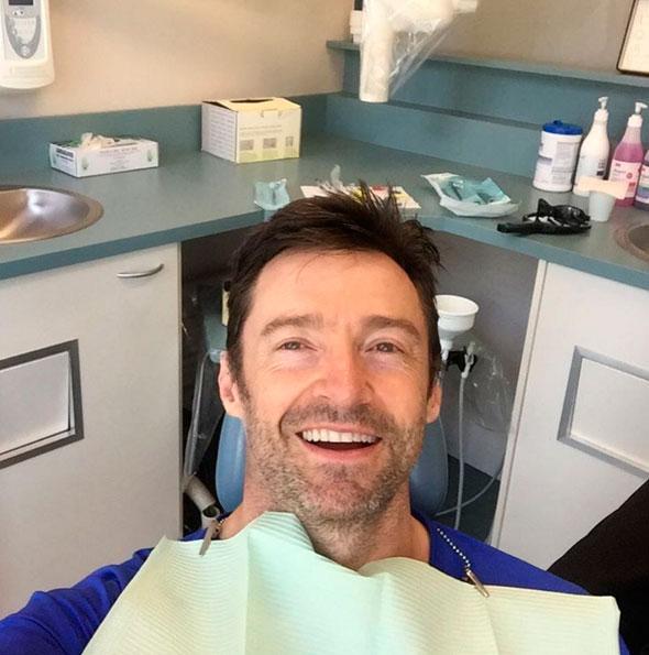 Hugh Jackman posta foto cuidando dos dentes