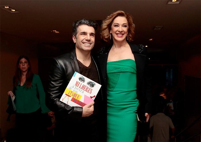 Claudia Raia e Jarbas prestigiam sessão VIP de musical