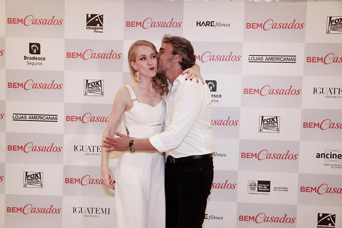Alexandre Borges e Camila Morgado posam abraçados em evento