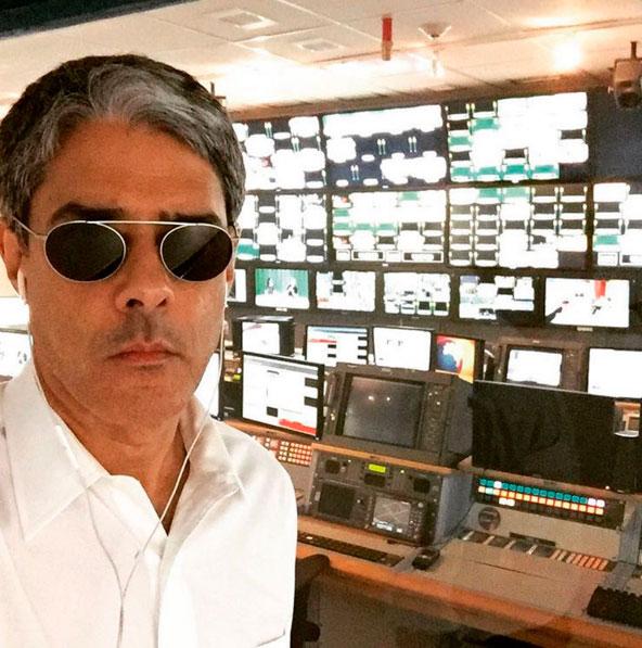 Após festa, William Bonner faz série de selfies na Globo