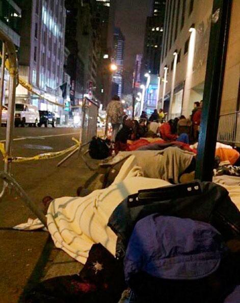 Justin Bieber mostra fãs dormindo em porta de emissora