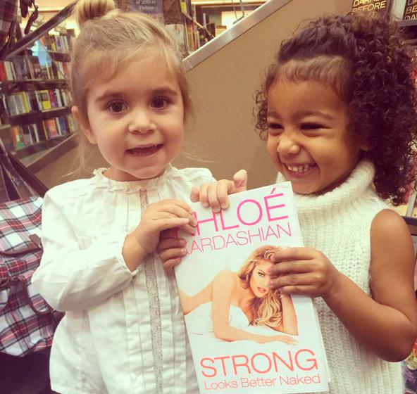 North West ajuda a tia Khloe Kardashian a vender livro