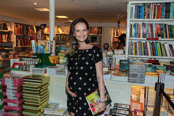 Bela Gil reúne amigos em lançamento de livro no Rio