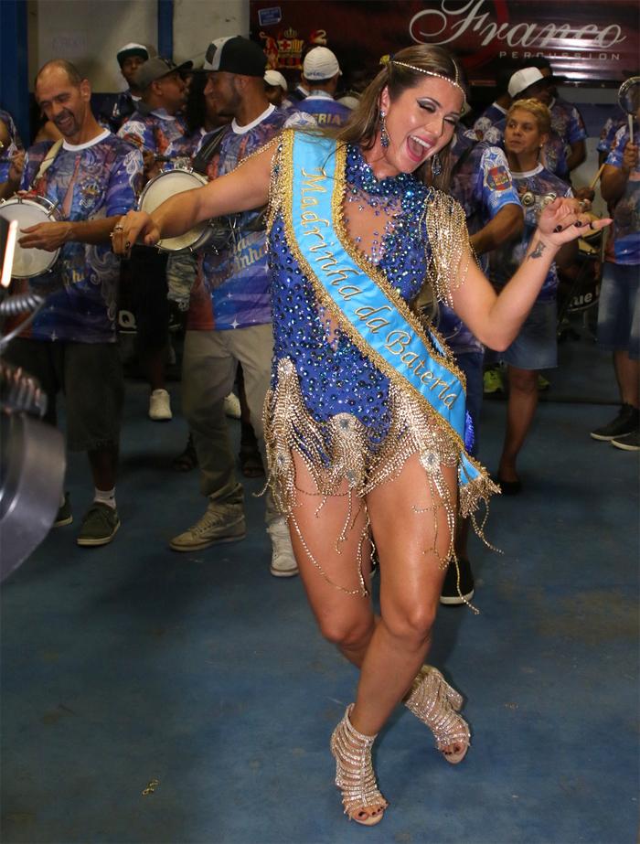 Lívia Andrade é coroada madrinha de bateria