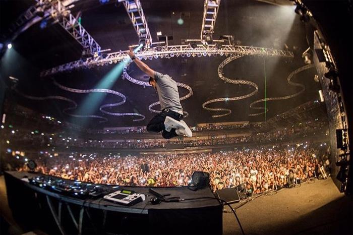 Valesca Popozuda empresta talento para festa de Dennis DJ