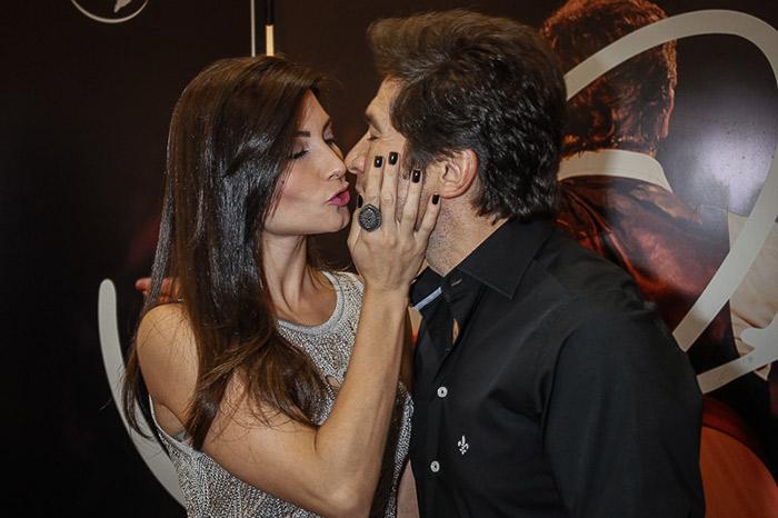 Daniel faz show Intimista e ganha beijo carinhoso da esposa
