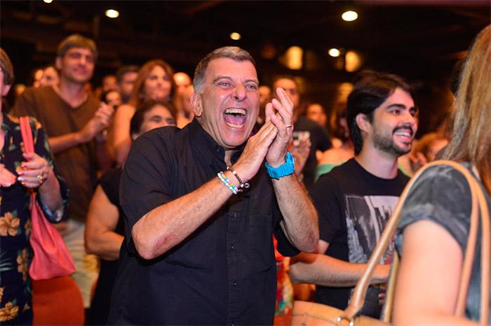 Jorge Fernando mostra o bumbum após curtir peça de teatro