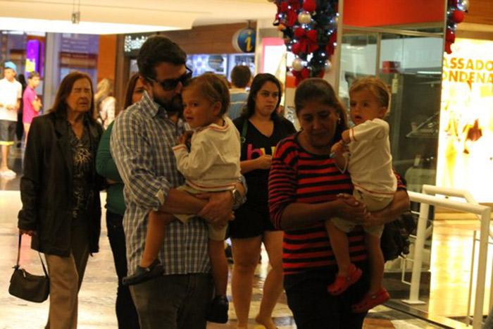 Marcelo Serrado passeia com os gêmeos em shopping na Gávea