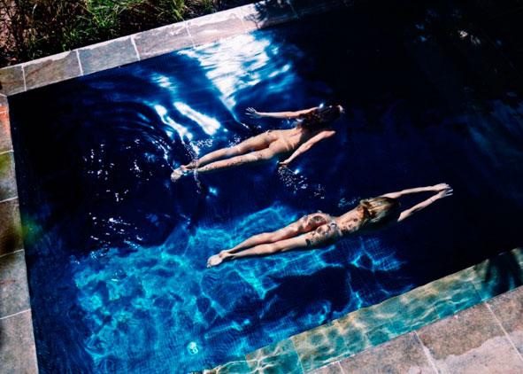 Candice Swanepoel e Behati Prinsloo nadam nuas em piscina