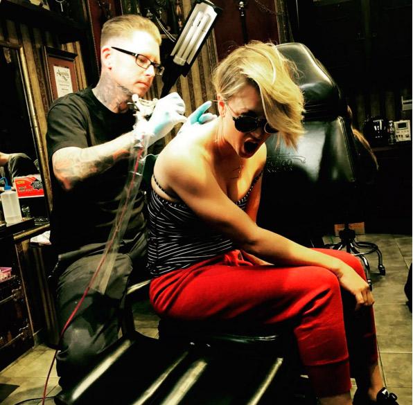 Saiba que tatuagem Kaley Cuoco 'removeu' de seu corpo
