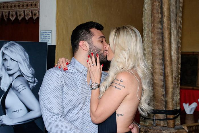 Noivos! Antônia Fontenelle enche Jonathan Costa de beijos