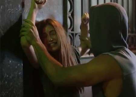 Totalmente demais: Eliza é atacada na rua por marginal