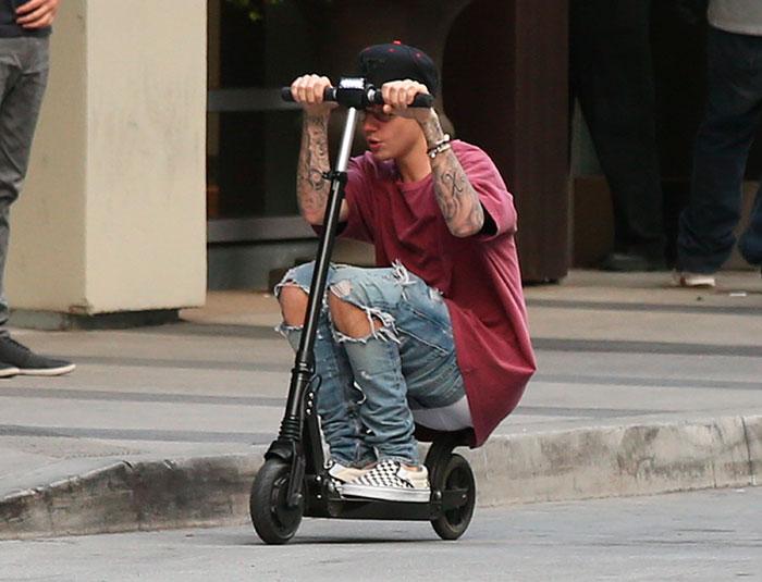 Justin Bieber mostra demais ao andar de patinete