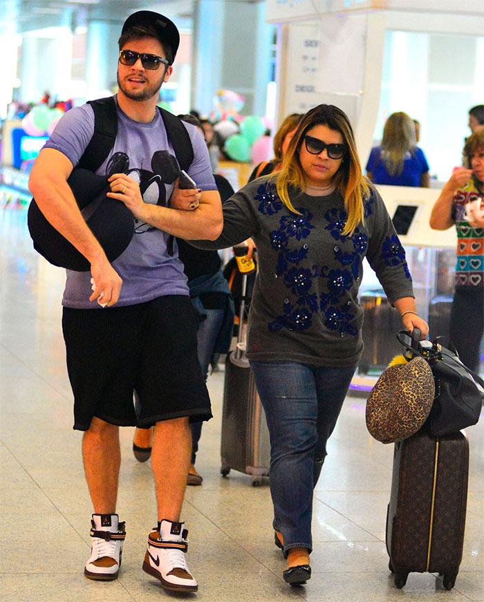 Avó aos 41, Preta Gil não desgruda do marido em aeroporto