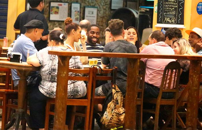Taís Araújo comemora aniversário em barzinho com famosos