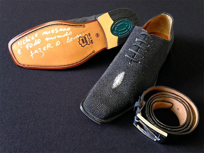 Amaury Jr. doa sapato e cinto de couro de arraia para leilão,