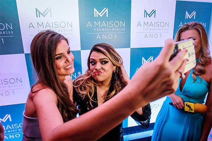 Camila Queiroz esbanja sensualidade em evento em Recife